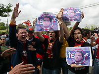 A.S. Roma's fans with placards against old  As Roma's coach Fabio Capello who walked out to join Juventus on Friday, attending new coach Cesare Prandelli at the Trigoria training ground on the outskirts of Rome June 1, 2004. <br /> Photo Graffiti Andrea Staccioli<br /> NORWAY ONLY