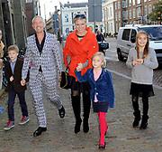 """Première familievoorstelling 'Mr Finney' in Theater Diligentia te Den Haag. De nieuwsgierige Mr Finney is gebaseerd op de bekende boekjes van Laurentien van Oranje en Sieb Posthuma. In de boeken stelt Mr Finney veel vragen over de wereld om zich heen en beleeft hij veel avonturen op zoek naar antwoorden.<br /> <br /> Premiere family show """"Mr. Finney 'Diligentia Theater in The Hague. The curious Mr. Finney is based on the famous books of Laurentien van Oranje and Sieb Posthuma. The book suggests Mr. Finney many questions about the world around him and he experiences many adventures looking for answers.<br /> <br /> Op de foto / On the photo:  Sieb Posthuma met prinses Laurentien en kinderen Eloise, Claus-Casimier, Leonore"""