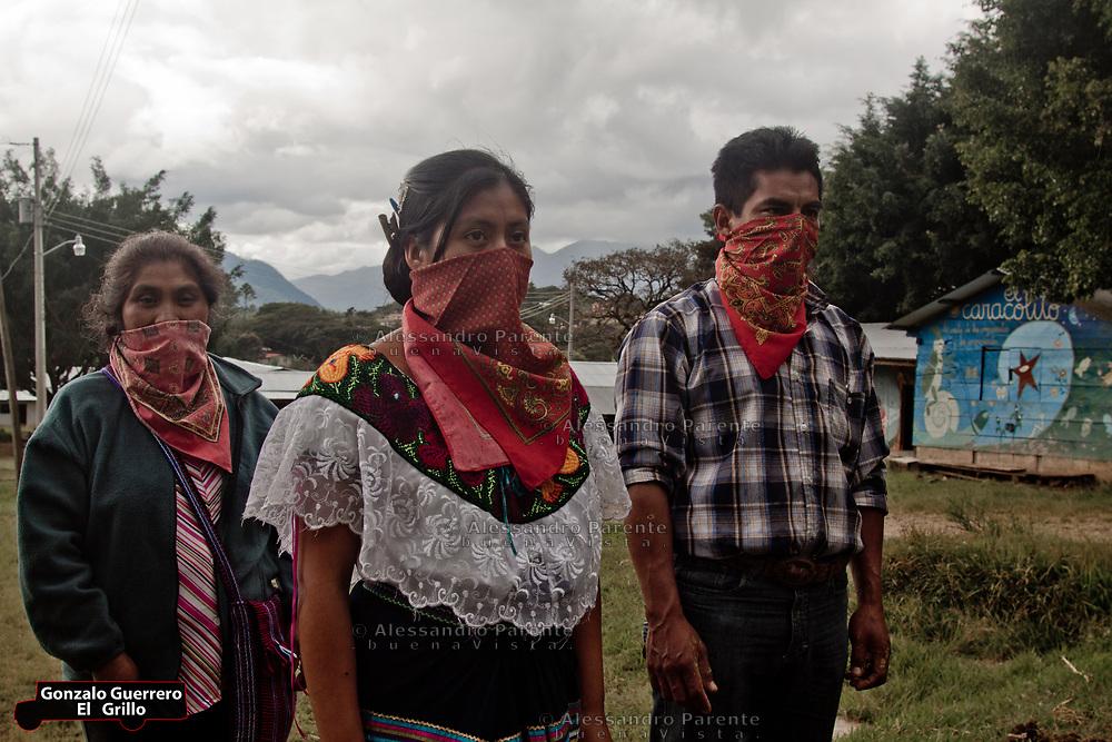 Group of zapatistas of different ages.<br /> Grupo de zapatistas de varias edades.