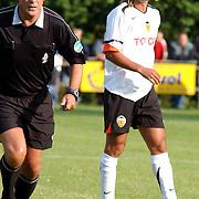 NLD/Buitenpost/20050707 - Oefenwedstrijd Cambuur - Valencia, scheidsrechter Ben Haverkort en Miguel Angel Angulo