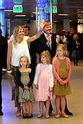 Het eindconcert van Kinderen Maken Muziek in de Heineken Music Hall. De ruim 3000 kinderen die de afgelopen tijd overal in het land muziekgroepen vormden, traden gezamenlijk op. ///// The final concert of Children Making Music in the Heineken Music Hall. The more than 3000 children who recently formed bands across the country, acted together.<br /> <br /> Op de foto / On the Photo:  Prins Willem Alexander, prinses Maxima en hun kinderen de prinsessen Alexia, Amalia en Ariane