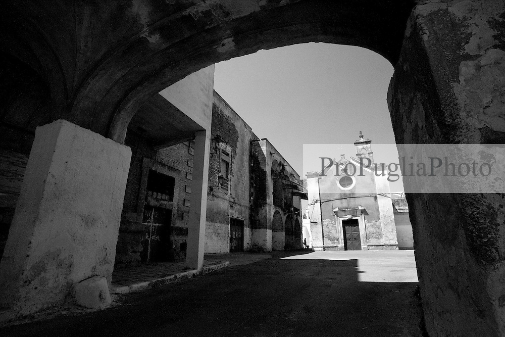 """L'arcata che si vede nella foto, unisce le due ale del castello di Lizzano (Ta). Oltrepassando l'arcata, si può trovare una piccola piazzetta chiamata """"Largo Rosario, in onore della piccola chiesa del Rosario. L'attuale chiesa è abbandonata e chiusa al culto,  e viene utilizzzta come deposito. In oltre sulla piazzetta si affaccia la parte posteriore del castello."""