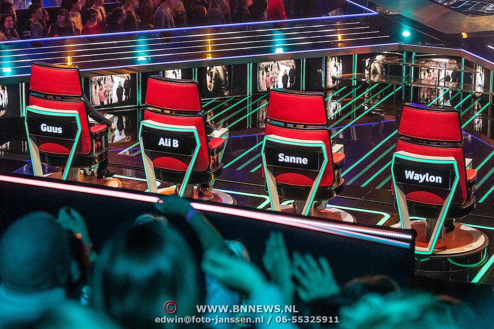 NLD/Hilversum/20170120 - 2de liveshow The Voice of Holland 2017, stoelen van de coaches