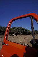 Puerta naranja de camioneta abierta, Estado Lara, Venezuela.