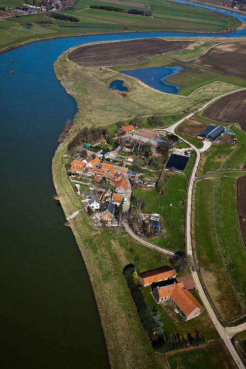 Nederland, Limburg, Gemeente Echt-Susteren, 07-03-2010; Visserweert: de stroomgeul van de Maas (Grensmaas) wordt verbreed en ten oosten van het dorp komt een nevengeul zodat de Maas (bij hoogwater) rond het dorp zal stromen. Werkzaamheden in het kader van het project Grensmaas (rivierbeveiliging door stroomgeulverbreding en oeververlaging, natuurontwikkeling en ontgrinding).Visserweert: flow channel of the Maas (Meuse) is widened and east of the village a secondary channel will be made so that the Meuse (at high water) will flow around the village. Project Border Meuse (river protection through stream channel widening and bank reduction, habitat and 'de-gravelisation').luchtfoto (toeslag), aerial photo (additional fee required).foto/photo Siebe Swart