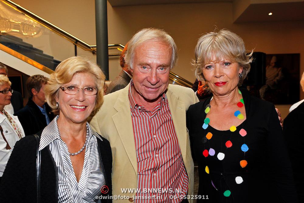 NLD/Amsterdam/20100910 - Paul van Vliet viert 75ste verjaardag met vrienden, Arnold Gelderman en partner samen met Lidewij de Jongh