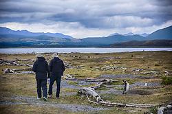 Casal caminha pela Isla Martillo, mais conhecida como Pinguinera, é uma ilha do Canal de Beagle procurada pelos pinguins em seu período de reprodução. FOTO: Jefferson Bernardes/ Agência Preview