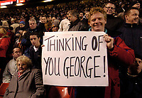 Photo: Jed Wee.<br /> Manchester United v Villarreal. UEFA Champions League.<br /> 22/11/2005.<br /> <br /> A Manchester United fan expresses his sympathy for the health of former player George Best.