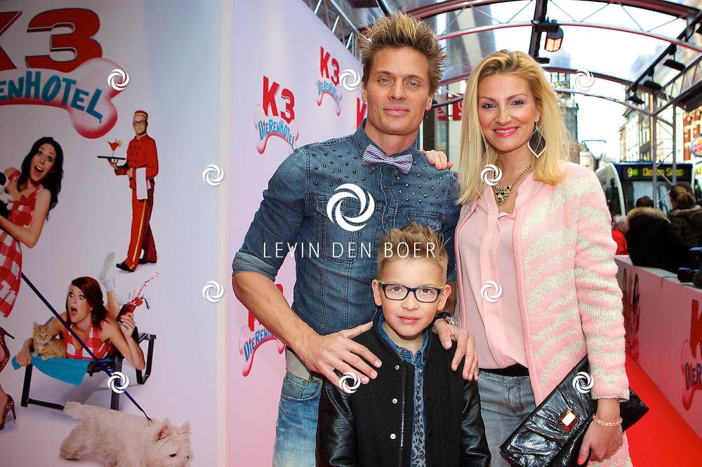 AMSTERDAM - In het tuschinski theater is de nieuwe K3 Film in premiere gegaan. Met hier op de rode loper  Winston Post (Bas) met partner Denise van Rijswijk en hun zoon Jayden. FOTO LEVIN DEN BOER - PERSFOTO.NU