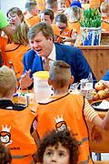 Koning Willem Alexander heeft in Twello de zesde editie van de Koningsspelen geopend. Hij deed dat na een gezamenlijk Koningsontbijt met kinderen van de Brede School De Fliert.<br /> <br /> King Willem Alexander has opened the sixth edition of the King Games in Twello. He did so after a joint King's breakfast with children from the De Fliert Brede School.