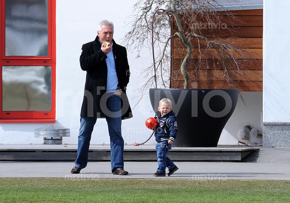 Fussball 1. Bundesliga :  Saison   2009/2010    Training beim FC Bayern Muenchen 17.03.2010 schauen dem Papa Arjen Robben beim Training zu Sohn Luka und Vater Hans (FCB)