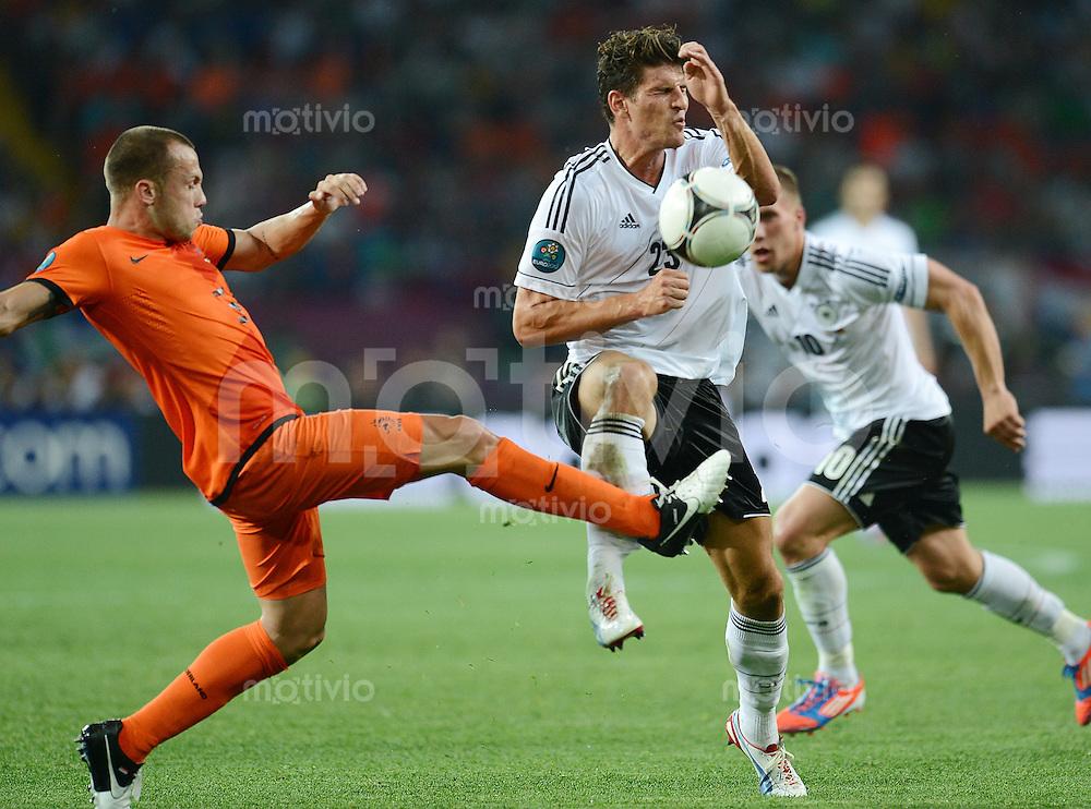 FUSSBALL  EUROPAMEISTERSCHAFT 2012   VORRUNDE Niederlande - Deutschland       13.06.2012 John Heitinga (li, Niederlande) gegen Mario Gomez (re, Deutschland)