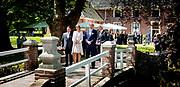 RHODEN - Koning Willem-Alexander en koningin Maxima tijdens een bezoek aan de provincie Groningen. Het koninklijk paar bezoekt, in het teken van de 'royal tour', de aankomende tijd de 12 provincies. ANP HANDOUT KOEN VAN WEEL NO SALES NO ARCHIVES