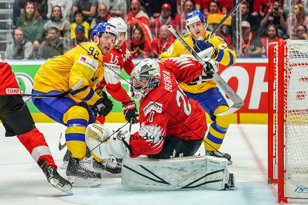 18.05.2019; Bratislava; Eishockey Weltmeisterschaft 2019 - Schweden - Schweiz; Gabriel Landeskog (SWE) Raphael Diaz (SUI) Torhueter Reto Berra (SUI) Elias Pettersson (SWE) (Andy Mueller/freshfocus)