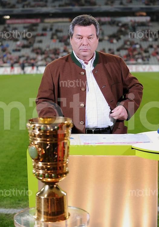 FUSSBALL   DFB POKAL   2008/2009  2. Runde   24.09.2008 FC Bayern Muenchen - 1. FC Nuernberg ARD Moderator WaldemarHartmann mit DFB Pokal