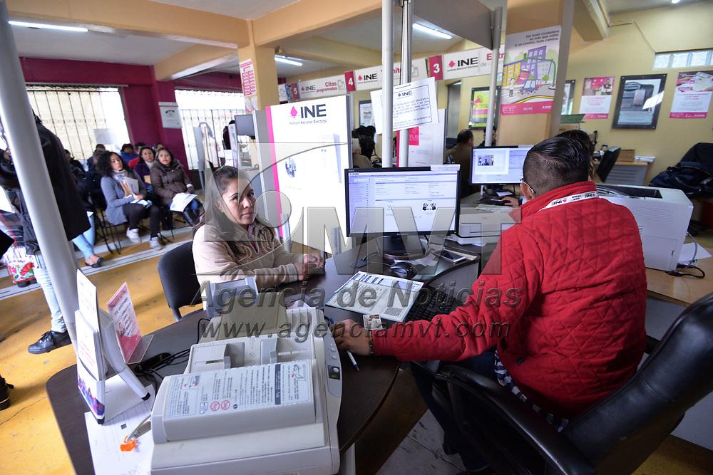 TOLUCA, México.- (Enero 30, 2018).- Largas filas se pueden observar en los diversos módulos del INE del Valle de Toluca,  a unas horas de que venza el plazo para tramitar credenciales para votar con fotografía. Agencia MVT / Crisanta Espinosa.