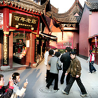 China,Shanghai ,maart 2008..Chinese toeristen in het oude traditionele Shanghai.
