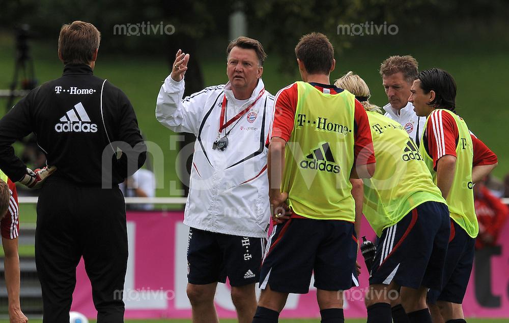 FUSSBALL     1. BUNDESLIGA     SAISON 2009/2010     08.07.2009 Training beim FC Bayern Muenchen  Gestik Trainer Louis van Gaal  ( FC Bayern ) im Kreis des Teams