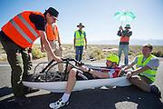 De derde racedag. In Battle Mountain (Nevada) wordt ieder jaar de World Human Powered Speed Challenge gehouden. Tijdens deze wedstrijd wordt geprobeerd zo hard mogelijk te fietsen op pure menskracht. Ze halen snelheden tot 133 km/h. De deelnemers bestaan zowel uit teams van universiteiten als uit hobbyisten. Met de gestroomlijnde fietsen willen ze laten zien wat mogelijk is met menskracht. De speciale ligfietsen kunnen gezien worden als de Formule 1 van het fietsen. De kennis die wordt opgedaan wordt ook gebruikt om duurzaam vervoer verder te ontwikkelen.<br /> <br /> Third racing day. In Battle Mountain (Nevada) each year the World Human Powered Speed Challenge is held. During this race they try to ride on pure manpower as hard as possible. Speeds up to 133 km/h are reached. The participants consist of both teams from universities and from hobbyists. With the sleek bikes they want to show what is possible with human power. The special recumbent bicycles can be seen as the Formula 1 of the bicycle. The knowledge gained is also used to develop sustainable transport.