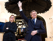 Chantal Gaemperle (gauche) et Laurent Boillot lors de la journée de la femme au pop-up store Guerlain, Paris, le 8 mars 2012. Photo : Lucas Schifres/Pictobank