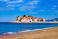 Monténégro, côte Adriatique, baie de Budva,  île et village de Sveti Stefan transformé en hôtel// Montenegro, Adriatic coast, Bay of Budva, Island of Sveti Stefan (St. Stephen), once a fishing village, now a luxury hotel complex