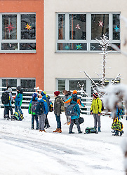 THEMENBILD - Schulkinder warten an einer Bushaltestelle, aufgenommen am 13. Jaenner 2017, Kaprun, Österreich // Schoolchildren are waiting at a bus stop in Kaprun, Austria on 2017/01/13. EXPA Pictures © 2017, PhotoCredit: EXPA/ JFK