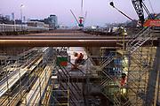Werkzaamheden voor de Rotterdamsebaan op de Binckhorstlaan bij de tunnelschacht in de vroege ochtend.