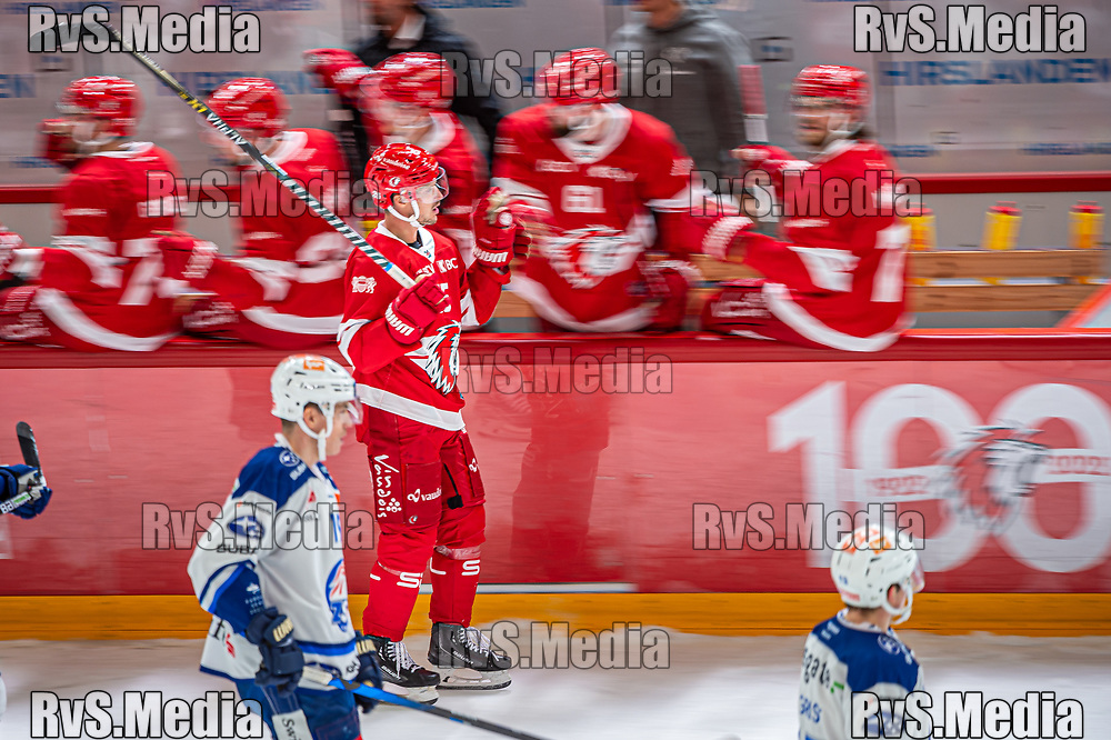LAUSANNE, SWITZERLAND - OCTOBER 01: Cory Emmerton #25 of Lausanne HC celebrates his goal with teammates during the Swiss National League game between Lausanne HC and ZSC Lions at Vaudoise Arena on October 1, 2021 in Lausanne, Switzerland. (Photo by Robert Hradil/RvS.Media)