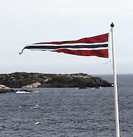 Norwegian flag in strong wind - Norsk flagg, vimpel, i stiv kuling