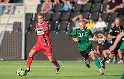 Anders Holst (FC Helsingør) følges af Mathias Kisum (Næstved Boldklub) under træningskampen mellem FC Helsingør og Næstved Boldklub den 19. august 2020 på Helsingør Stadion (Foto: Claus Birch).