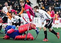 AMSTELVEEN - OR uitblinkers keeper Pirmin Blaak (Oranje-Rood)  en Mink van der Weerden (Oranje-Rood) verhinderen in de slotfase dat Nicki Leijs (A'dam), rechts)  kan scoren tijdens de hoofdklasse hockeywedstrijd AMSTERDAM-ORANJE ROOD (4-5). COPYRIGHT KOEN SUYK