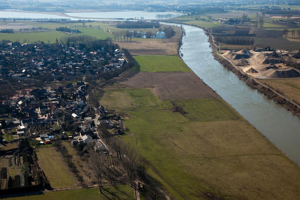 Nederland, Limburg, Gemeente Sittard-Geleen, 07-03-2010; Grevenbicht: de stroomgeul van de Maas (Grensmaas) wordt verbreed en de weerd (uiterwaard) wordt verlaagd, bij hoogwater zal de rivier vlak langs het dorp stromen. Werkzaamheden in het kader van het project Grensmaas (rivierbeveiliging door stroomgeulverbreding en oeververlaging, natuurontwikkeling en ontgrinding)..Grevenbicht: the flow channel of the Maas (Meuse) is widened and the floodplain lowered, at high water the river will flow close to the village.Project Border Meuse (river protection through stream channel widening and bank reduction, habitat and 'de-gravelisation').luchtfoto (toeslag), aerial photo (additional fee required).foto/photo Siebe Swart