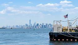 THEMENBILD - Staten Island ist einer der fuenf Stadtbezirke (Boroughs) von New York City. Im suedwesten der Stadt gelegen ist Staten Island sowohl der suedlichste Teil von der Stadt als auch vom Bundesstaate New York. Der Bezirk ist von New York getrennt durch den New York Bay, im Bild die skyline of Manhattan mit einer amerikanischen Flagge, Aufgenommen am 09. August 2016 // Staten Island is one of the five boroughs of New York City. In the southwest of the city, Staten Island is the southernmost part of both the city and state of New York. The borough is separated from New York by New York Bay. This picture shows the skyline of Manhattan with an american flag, New York City, United States on 2016/08/09. EXPA Pictures © 2016, PhotoCredit: EXPA/ Sebastian Pucher