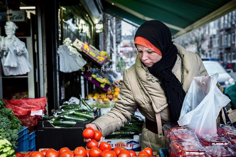 Nederland, Amsterdam, 2 februari 2016.<br /> Mona Ghadir uit de Transvaalbuurt doet boodschappen in de Pretoriastraat om falaffel te maken zoals hier bij de Turkse kruidenier Helal Et Gida<br /> <br /> Reportage of egyptian Mona Ghadir living in Amsterdam. Today she shops for ingredients and prepares typical egyptian dishes. <br /> <br /> Foto: Jean-Pierre Jans