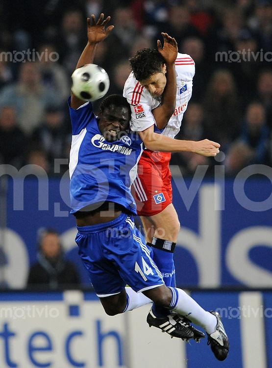 FUSSBALL   1. BUNDESLIGA   SAISON 2008/2009   8. SPIELTAG Hamburger SV - FC Schalke 04                              19.10.2008 Gerald ASAMOAH (li, Schalke) gegen Bastian REINHARDT (re, Hamburg)