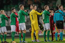 Corona-hilsen mellem spillerne før kampen i 1. Division mellem Viborg FF og FC Helsingør den 30. oktober 2020 på Energi Viborg Arena (Foto: Claus Birch).