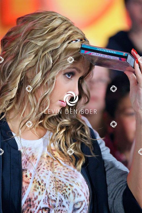 ZALTBOMMEL - In de nieuwe Bredeschool achter de sporthal in Zaltbommel konden de kinderen van basisschool De Walsprong en De Spelwert de tv opnames bijwonen van de Tros Kids Top20. Met als presentatrice natuurlijk Monique Smit. FOTO LEVIN DEN BOER - PERSFOTO.NU