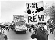Frankrijk, Parijs, 16-12-1995  Demonstratie die oproept tot staking georganiseerd door de vakbond CGT tegen bezuinigingsplannen van de regering Jupe . Op het bord staat de tekst Recht Om Te Dromen .Foto: ANP/ Hollandse Hoogte/ Flip Franssen