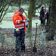 Zoekactie Wendela Hagedoorn - van der Poel hei Bllaricum door sectie ME, technische recherche onderzoekt een handschoen