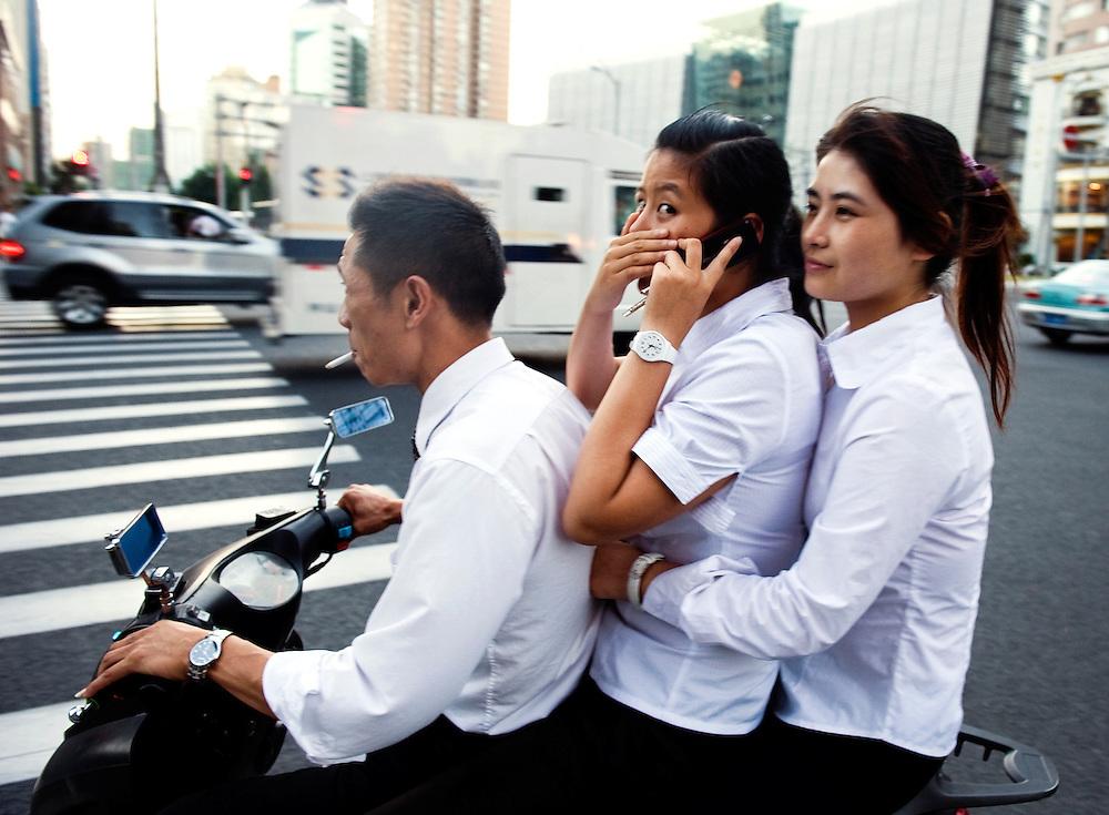 China, Shanghai, 8 sep 2010.Verkeer in Shanghai. Het verkeer is niet enorm druk, wel enorm chaotisch. Men rijdt waar er ruimte is. Verkeersregels lijken er nauwelijks te bestaan. .Foto (c) Michiel Wijnbergh..