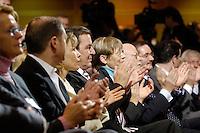"""21 NOV 2005, BERLIN/GERMANY:<br /> Olaf Scholz, SPD, 1. Parl. Geschaeftsfuehrer der BT-Fraktion, Doris Schroeder-Koepf, Ehefrau von Schroeder, Gerhard Schoeder, SPD, scheidender Bundeskanzler, Ankepetra Muentefering, Ehefrau von Muentefering, Peter Struck, SPD, desig. Fraktionsvortsitzender, und Matthias Platzeck, SPD Parteivorsitzender, (v.L.n.R.), applaudieren, waehrend der Veranstaltung """"Danke, Kanzler!"""" der SPD Bundestagsfraktion, am letzten Amtstag von Gerhard Schroeder als Bundeskanzler, Willy-Brandt-Haus<br /> IMAGE: 20051121-01-014<br /> KEYWORDS: Gerhard Schröder, Applaus, klatschen"""