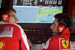 Mecânicos da Ferrari acompanham os preparativos para o Grande Prémio do Brasil de Fórmula 1, em Interlagos, São Paulo. FOTO: Jefferson Bernardes/Preview.com