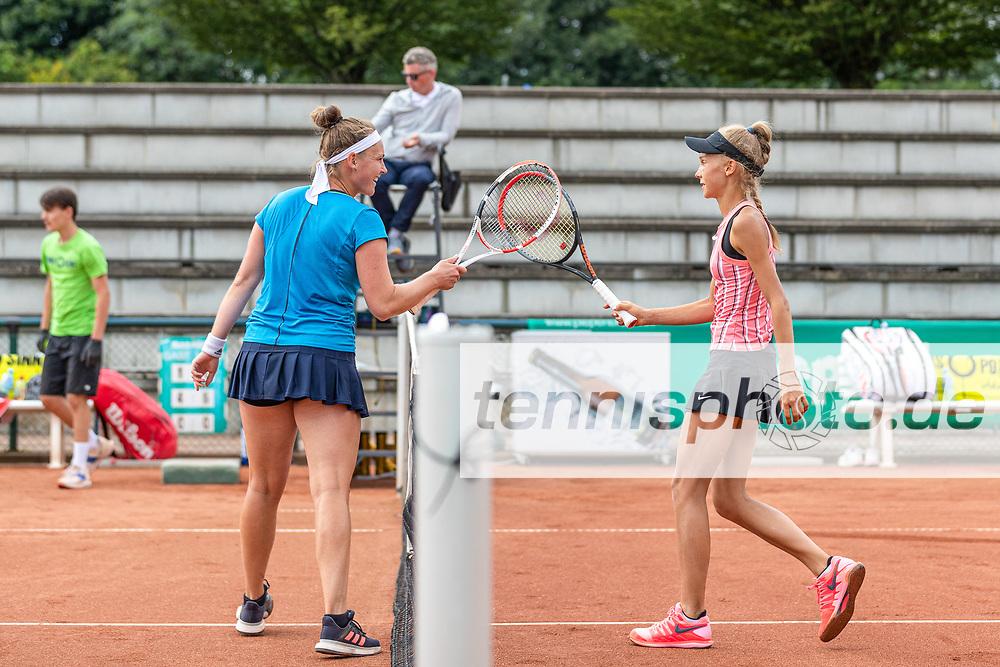v.l., Katharina Hering (GER) - WTA-Ranking #951 und, Luisa Meyer auf der Heide  - DTB-Ranking #141 bei der International Premier League (IPL) am 28.7.2020 in Halle (TC Blau-Weiss Halle), Deutschland , Foto: Mathias Schulz