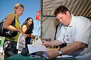 Nederland, Nijmegen, 14-7-2008Op de Wedren schrijven lopers zich in voor de tocht die morgen begint. Foto: Flip Franssen/Hollandse Hoogte