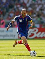 Photo: Glyn Thomas.<br />France v Switzerland. Group G, FIFA World Cup 2006. 13/06/2006.<br /> France's Zinedine Zidane.