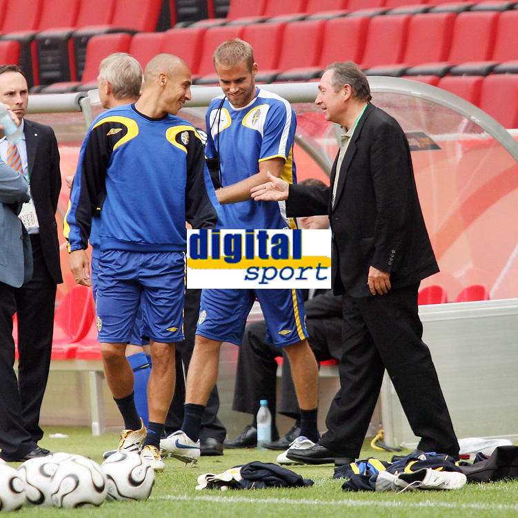 Photo: Chris Ratcliffe.<br />Sweden Training Session. FIFA World Cup 2006. 19/06/2006.<br />Henrik Larsson chats with Gerrard Houllier in training.