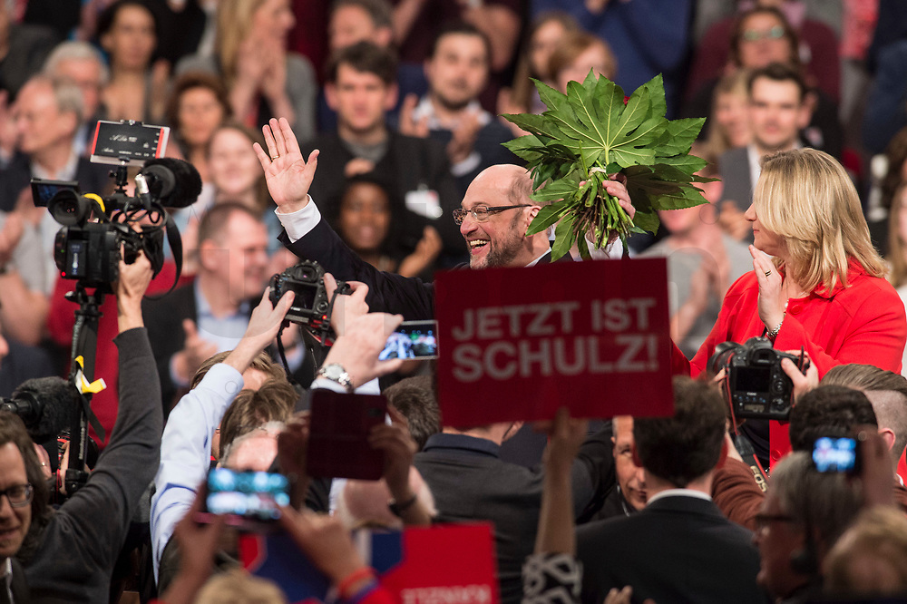 19 MAR 2017, BERLIN/GERMANY:<br /> Martin Schulz (M), SPD, mit Blumen nach seiner Wahl zum SPD Parteivorsitzenden und SPD Spitzenkandidat der Bundestagswahl, a.o. Bundesparteitag, Arena Berlin<br /> IMAGE: 20170319-01-075<br /> KEYWORDS: party congress, social democratic party, candidate, Jubel, Smartphone