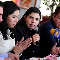 Toluca, Mex.- Domitilo Posadas Hernández, diputado local del PRD y Norma Ibañez (cen), representante de la Fundación Interamericana del Corazón de México, presentaron una iniciativa de Ley de Protección contra la Exposición contra el Humo de Tabaco en espacios públicos abiertos concurridos, la cual retoma los lineamientos del ordenamiento federal que en la materia entró en vigor hace unas semanas. Agencia MVT / Luis Enrique Hernandez V. (DIGITAL)<br /> <br /> <br /> <br /> NO ARCHIVAR - NO ARCHIVE