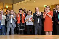 26 OCT 2019, BERLIN/GERMANY:<br /> Norbert Walter-Borjans, SPD, Landesminister a.D., Saskia Esken, MdB, SPD,  Sophie-Marie Heidenreich, SPD, Moderatorin, Olaf Scholz, SPD; Bundesfinanzminister, und Klara Geywitz, SPD Brandenburg, (v.L.n.R.), wahrend der Bekanntgabe der SPD-Mitgliederbefragung  zur Wahl des neuen Parteivorsitzes, Willy-Brandt-Haus<br /> IMAGE: 20191026-01-011<br /> KEYWORDS: Verkündung, Verkeundung, Applaus. applaudieren, klatschen