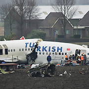 Amsterdam Schiphol Nederland 25 februari 2009 20090225 Foto: David Rozing .Pilots are taken out of cockpit.  Piloten worden geborgen Dead, pilot, pilots, bergen, lijk, body, bodies, casulalty, deadly, burrying.Airplane of Turkish Airlines crashed just 1 kilomtre short of the landing strip of Schiphol Airport. The plane broke in 3 pieces The plane, with 135 passengers on board, crashed short of the runway near the A9 motorway and suffered significant damage. It was Flight 1951 from Istanbul and was a 737-800 aircraft....SCHIPHOL Langs de A9 is woensdagochtend om 10.31 uur tussen het Rotterpolderplein en Schiphol een vliegtuig van Turkish Airlines neergestort. Er zijn negen doden gevallen en vijftig passagiers raakten gewond waarvan 25 ernstig. Het vliegtuig is in drie delen uit elkaar gevallen. Het gaat om een Boeing 737 met 127 passagiers aan boord en zeven bemanningsleden. Het lijkt erop dat het passagiersvliegtuig de Polderbaan net niet heeft kunnen bereiken. Het vliegtuig is aan de andere kant van de A9 in een akker gecrasht. De oorzaak van het ongeluk is nog onbekend. ..Foto: David Rozing